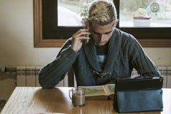 El estudiar con el teléfono móvil Imagenes de archivo