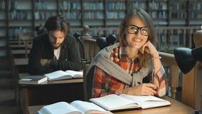El estudiar con placer en biblioteca almacen de video