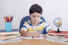 El estudiar concentrado del niño imágenes de archivo libres de regalías