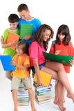 El estudiar de cinco estudiantes Imagen de archivo libre de regalías