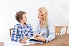 El estudiar de la madre y del hijo Fotos de archivo libres de regalías