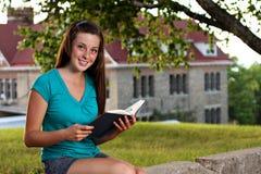 El estudiar de la mujer de la universidad Imagen de archivo