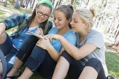 El estudiar de las chicas jóvenes Fotos de archivo