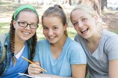 El estudiar de las chicas jóvenes Fotografía de archivo
