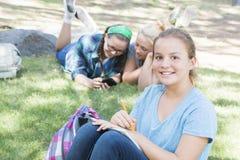 El estudiar de las chicas jóvenes Imagenes de archivo