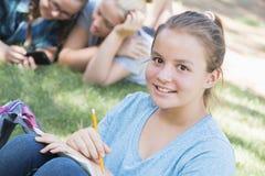 El estudiar de las chicas jóvenes Foto de archivo