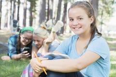 El estudiar de las chicas jóvenes Imágenes de archivo libres de regalías