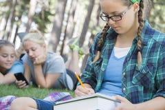 El estudiar de las chicas jóvenes Foto de archivo libre de regalías