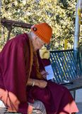 El estudiar de Peaceful del monje imagen de archivo libre de regalías