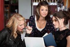 El estudiar de tres muchachas Foto de archivo libre de regalías