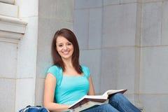 El estudiar del estudiante femenino Imágenes de archivo libres de regalías