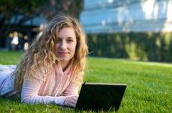 Estudiante con el ordenador portátil