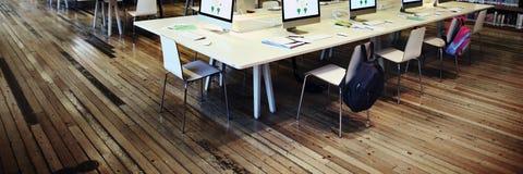 El estudiar del estudio aprende el aprendizaje de concepto de Internet de la sala de clase Imagen de archivo libre de regalías