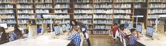 El estudiar del estudio aprende el aprendizaje de concepto de Internet de la sala de clase Fotos de archivo libres de regalías