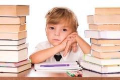 El estudiar del muchacho Imagen de archivo libre de regalías