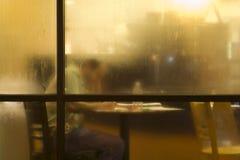 El estudiar detrás del vidrio cubierto del rocío Fotos de archivo libres de regalías
