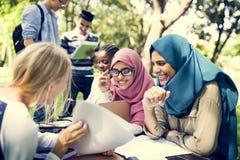 El estudiar diverso de los niños al aire libre junto Imagen de archivo