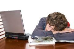 El estudiar dormido del adolescente para la examinación Fotos de archivo