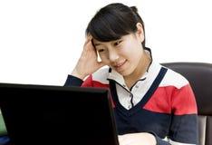 El estudiar en computadora portátil Foto de archivo libre de regalías