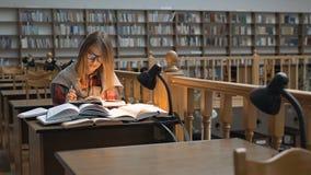 El estudiar en la biblioteca almacen de metraje de vídeo