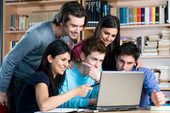 El estudiar en la computadora portátil Imagenes de archivo
