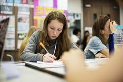 El estudiar en la sala de clase con los amigos Imágenes de archivo libres de regalías