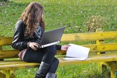El estudiar en parque con la computadora portátil Imágenes de archivo libres de regalías
