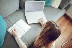 El estudiar en sala de estar Fotografía de archivo libre de regalías