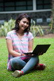 El estudiar en un parque Foto de archivo libre de regalías