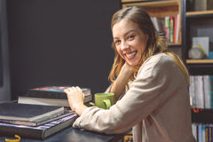 El estudiar femenino del estudiante universitario foto de archivo libre de regalías