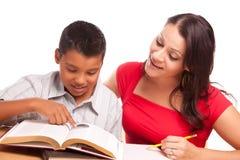 El estudiar hispánico atractivo de la madre y del hijo Foto de archivo libre de regalías