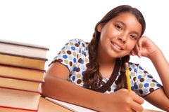 El estudiar hispánico sonriente bonito de la muchacha Foto de archivo libre de regalías