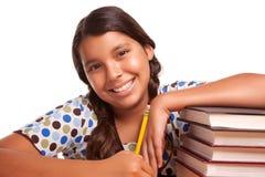 El estudiar hispánico sonriente bonito de la muchacha Imagen de archivo