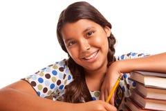 El estudiar hispánico sonriente bonito de la muchacha Fotos de archivo libres de regalías