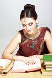 El estudiar indio de la mujer Imagen de archivo