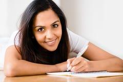 El estudiar indio feliz de la escritura de la educación del estudiante de mujer Imágenes de archivo libres de regalías
