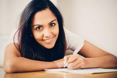 El estudiar indio feliz de la escritura de la educación del estudiante de mujer Fotos de archivo