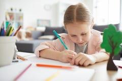 El estudiar lindo de la niña foto de archivo libre de regalías