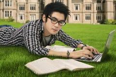 El estudiar masculino del estudiante de la High School secundaria al aire libre Imagen de archivo
