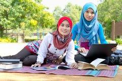 El estudiar musulmán de los estudiantes Foto de archivo libre de regalías