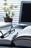 El estudiar o concepto del trabajo de oficina Fotografía de archivo