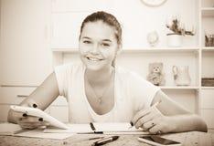 El estudiar positivo de la muchacha Foto de archivo libre de regalías