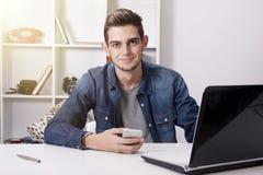 El estudiar u hombre de negocios joven Imagen de archivo libre de regalías