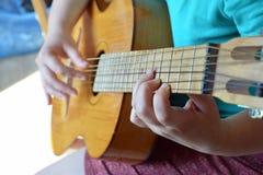 El estudio de la guitarra Imagenes de archivo
