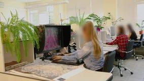 El estudio del diseño, diseñadores trabaja en la oficina almacen de metraje de vídeo