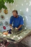 El estudio principal de la cerámica del arte del ` s al trabajar con tecnología antigua en el pedal fotografía de archivo