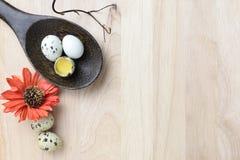 El estudio tiró de huevos en un fondo de madera Foto de archivo libre de regalías