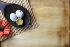 El estudio tiró de huevos en un fondo de madera Foto de archivo