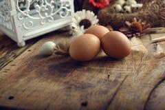 El estudio tiró de huevos en un fondo de madera del vintage Fotos de archivo