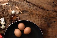El estudio tiró de huevos en un fondo de madera del vintage Imágenes de archivo libres de regalías